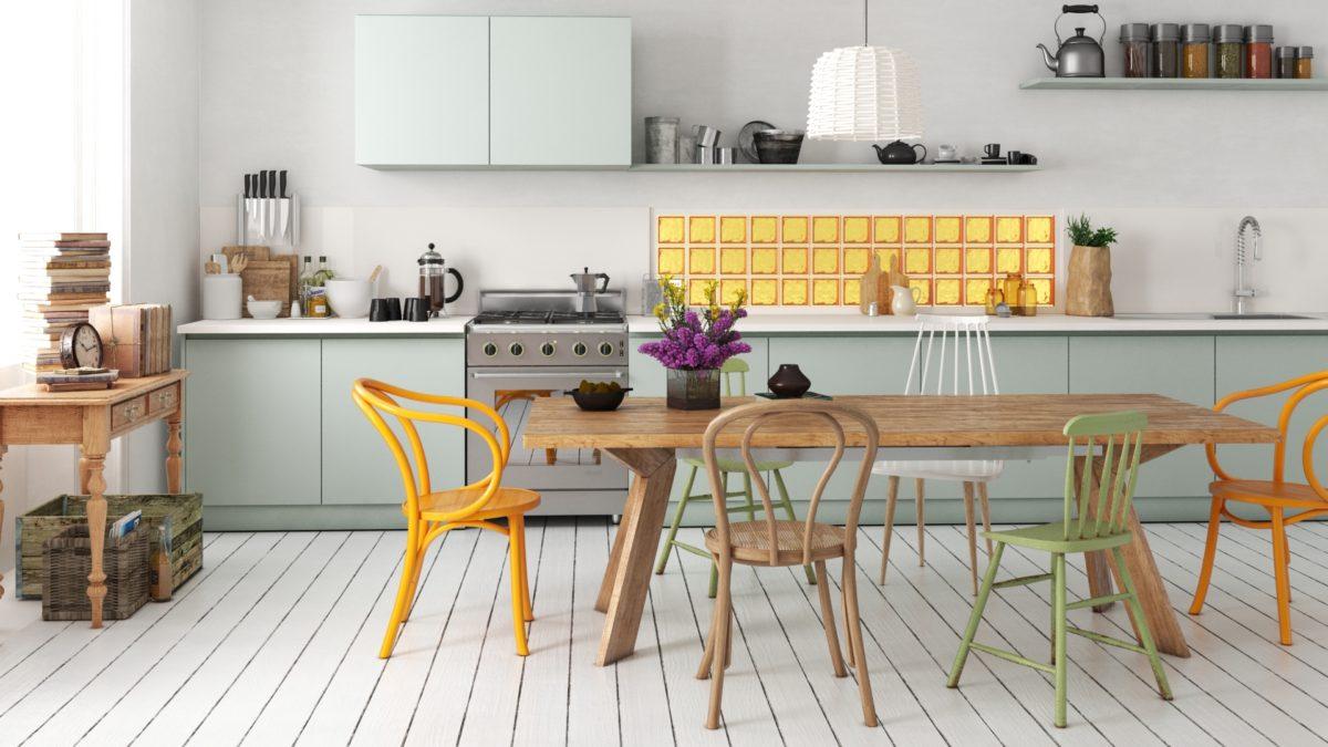 Kolorowa przestrzeń między szafkami kuchennymi