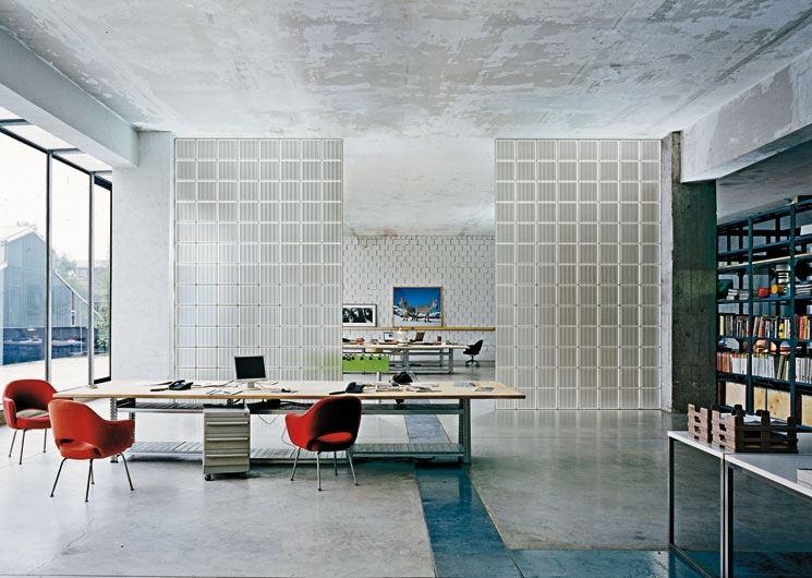 Spektakularne nowoczesne wnętrze z wykorzystaniem pustaków szklanych