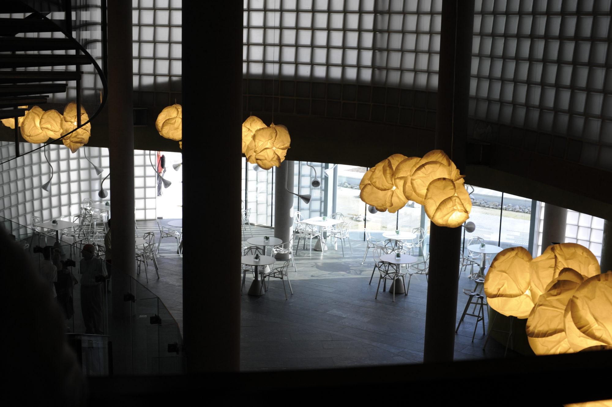 pustaki szklane w kawiarni